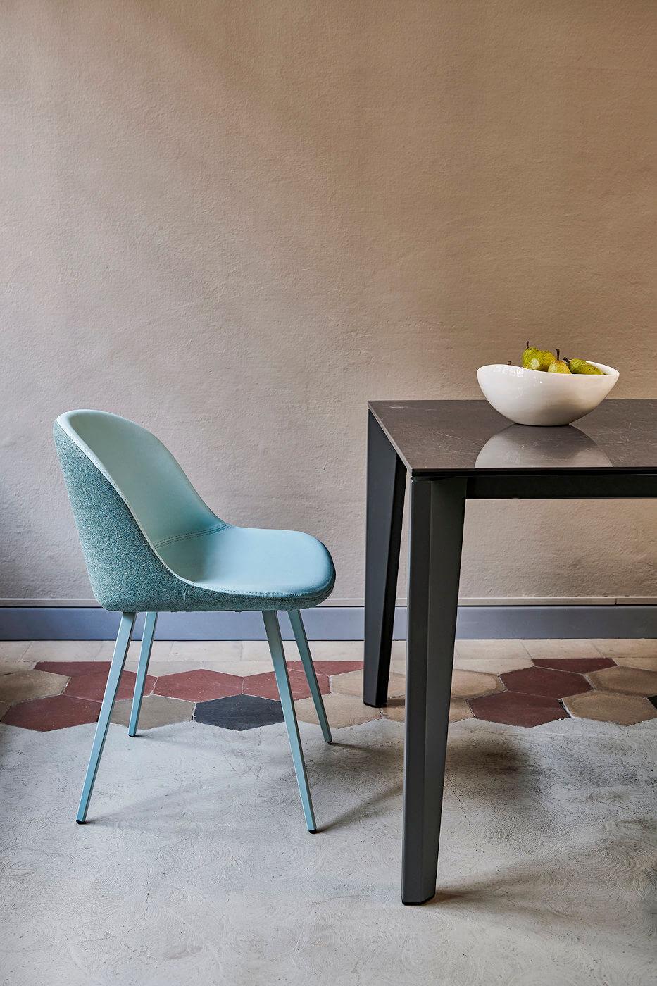 Chaise Sonny avec assise rembourrée revêtue en tissu bleu et piètement en acier peint en bleu