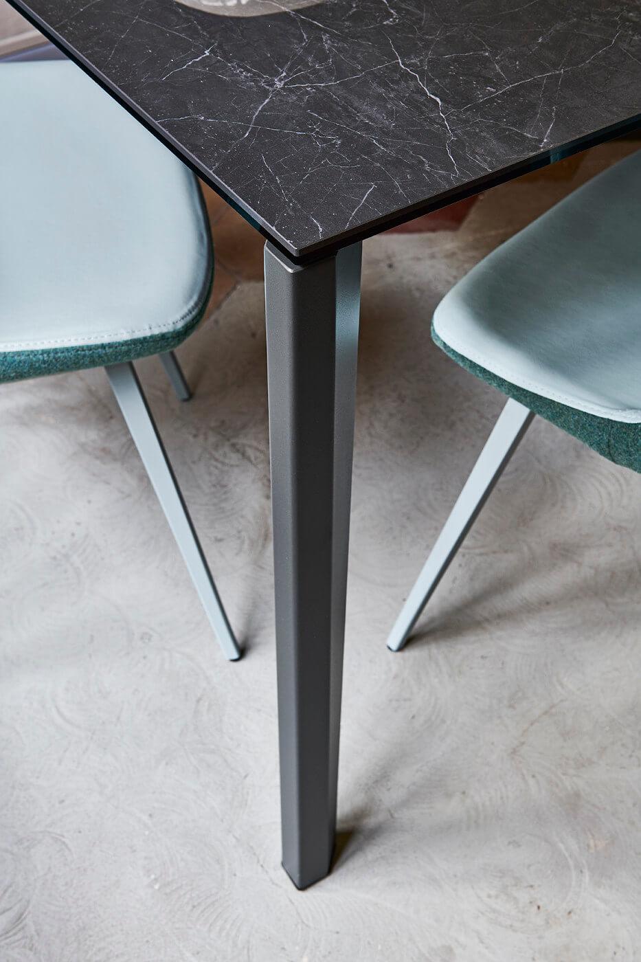 Détail de la chaise Sonny avec assise en tissu bleu clair