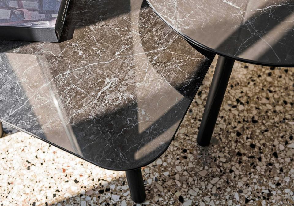 Détail du plateau en céramique effet marbre noir de la table basse ronde Suite