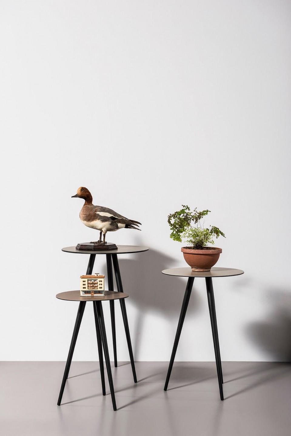 Set di tre tavolini bassi Trip di diverse altezze. Base a tre gambe in acciaio color grafite e piani in cuoio color fango