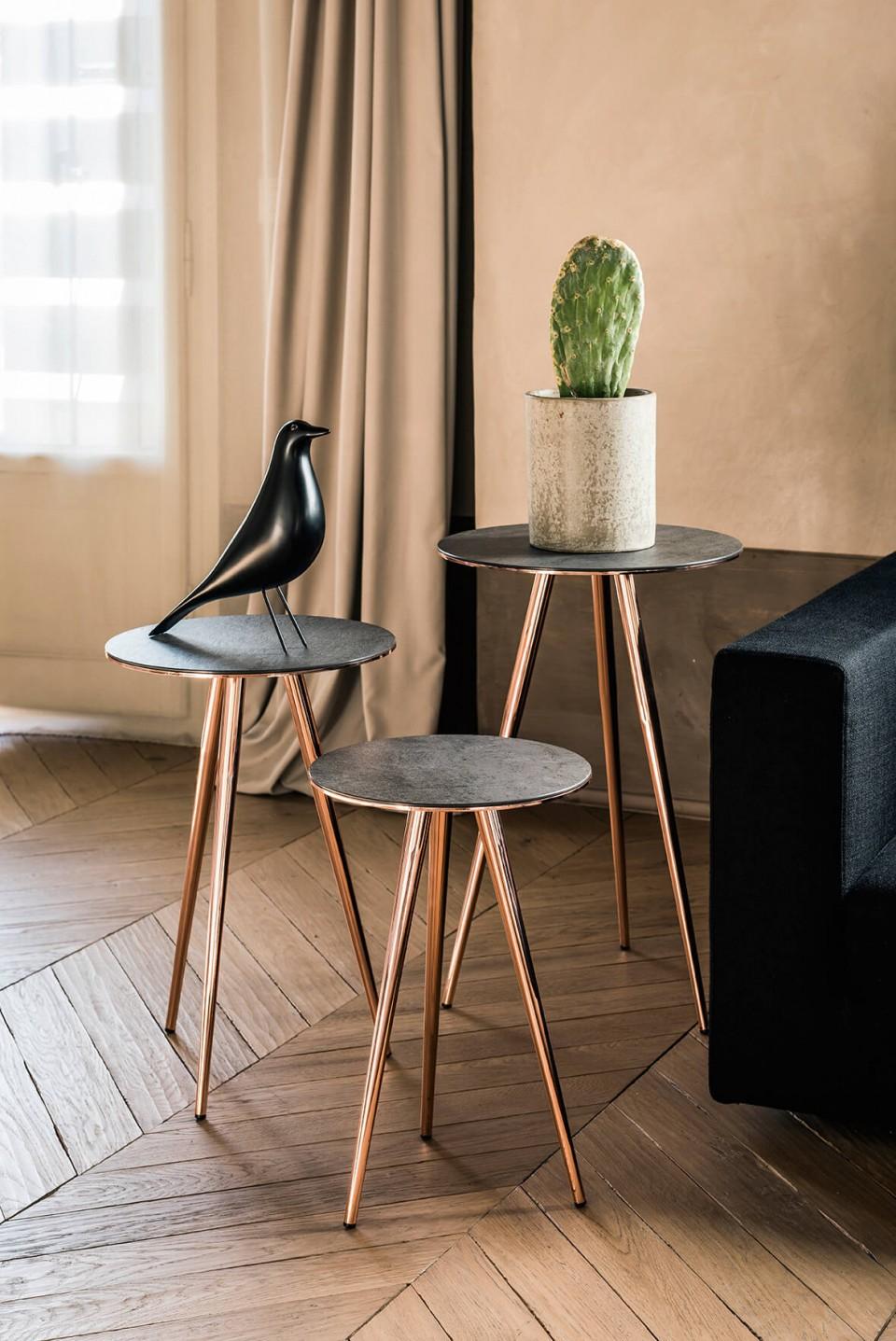 Set di tre tavolini bassi Trip con base a tre gambe in metallo finitura oro rosa e piano in ceramica color savoia antracite