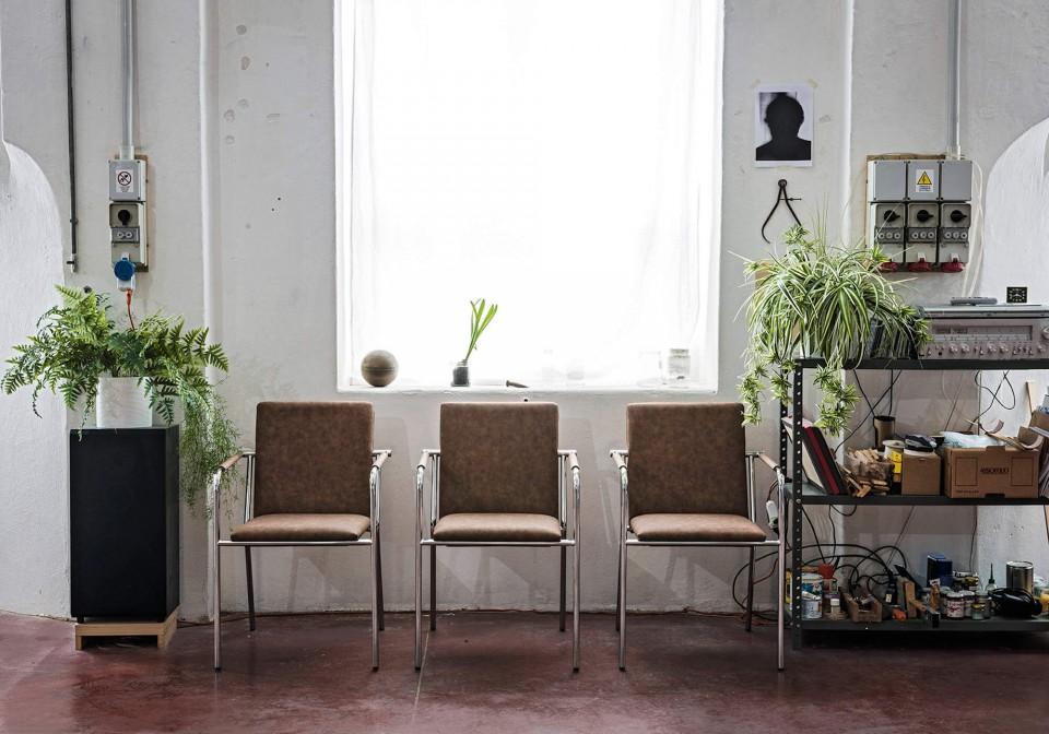 Fauteuil Vivo avec assise en cuir et base en métal