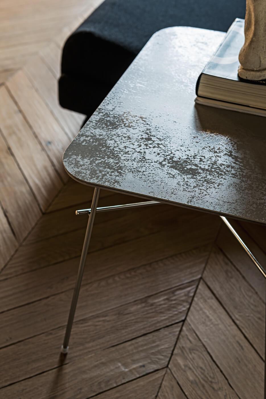 Dettaglio del piano in ceramica del tavolino Walter
