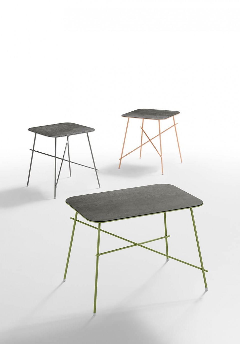 Set di tre tavolini Walter con gambe in metallo colorato e piano in ceramica color savoia antracite