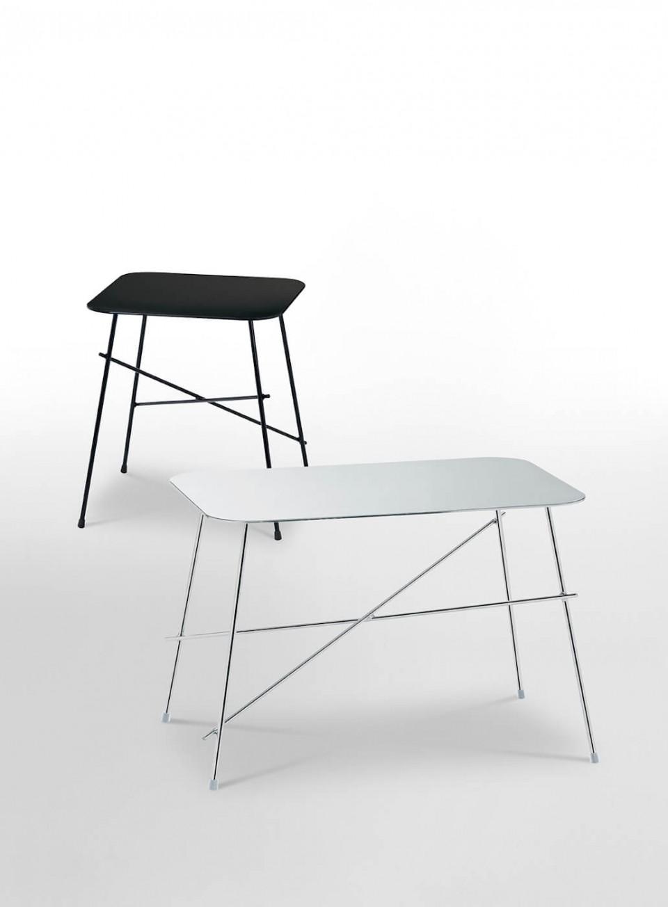 Tavolino Walter in versione quadrata di colore nero e nella versione rettangolare con gambe in metallo cromato e piano in acciaio inox