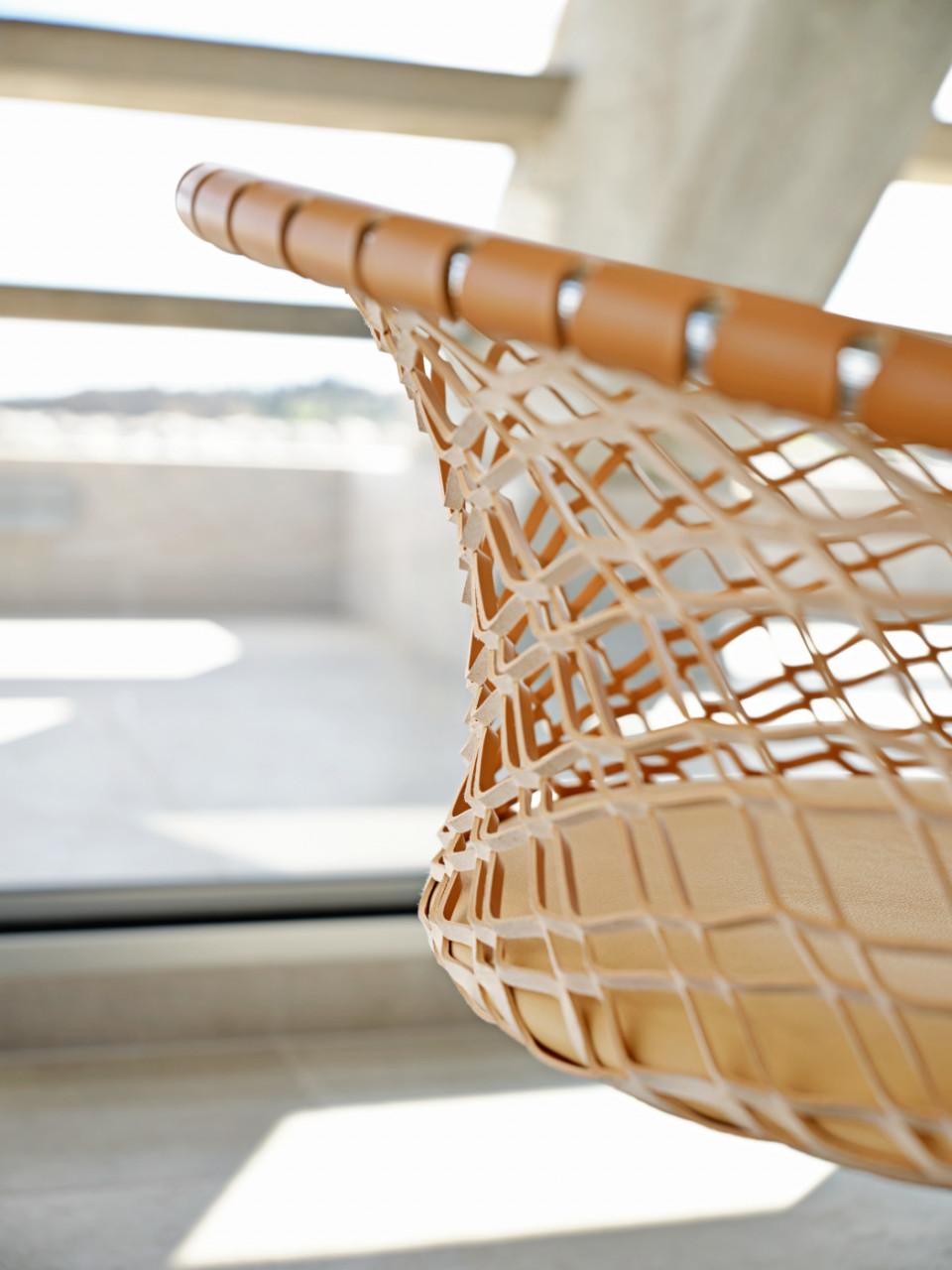 Detail du fauteuil lounge P47 en cuir naturel