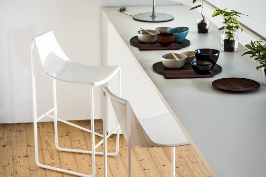 Apelle stool in white hide with white metal legs