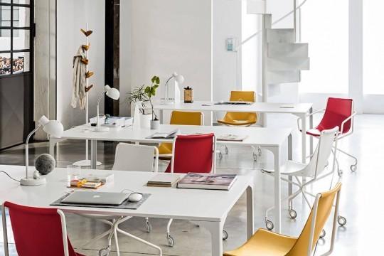 Sedia da ufficio con ruote Apelle con gambe in metallo bianco e seduta in cuoio rosso, bianco e arancione