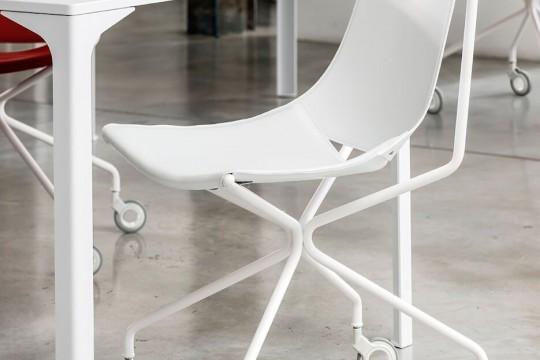 Sedia girevole con ruote Apelle con gambe in metallo bianco e seduta in cuoio bianco