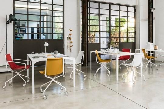 Sedia con ruote Apelle con gambe in metallo bianco e seduta in cuoio bianco, rosso e arancione