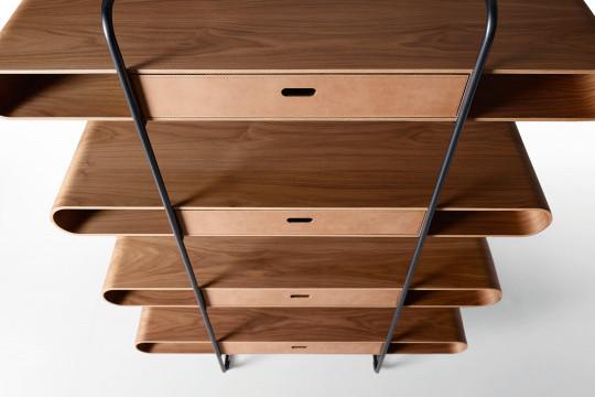 Particolare della libreria Apelle in legno
