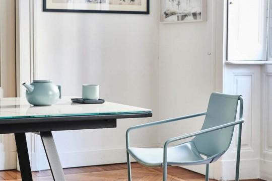 Apelle fauteuil avec assise en cuir bleu et pieds en métal bleu
