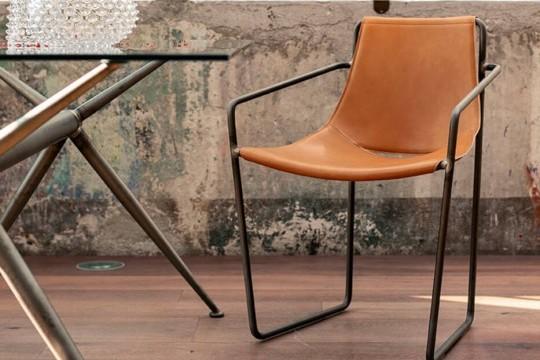 Chaise Apelle avec accoudoirs, assise en cuir ocre et pieds en métal brun