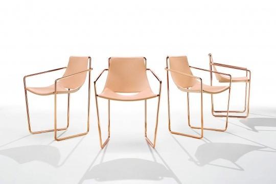 Apelle fauteuil avec assise en cuir rose et pieds en or rose