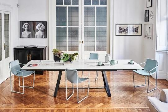 Chaise de table avec accoudoirs, assise en cuir bleu et pieds en métal bleu