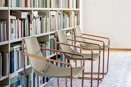 Apelle fauteuil avec assise en cuir gris et pieds en or rose