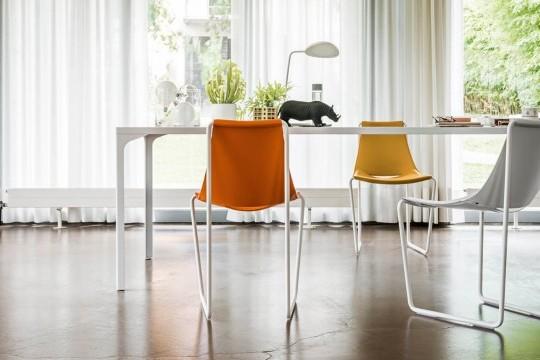 Sedia da pranzo Apelle con gambe in metallo e seduta in cuoio arancione e giallo