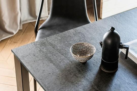 Tavolo Badù con piano in cristalceramica finitura savoia cemento