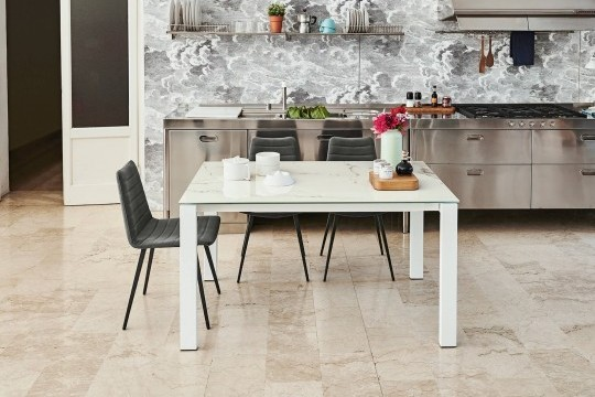 Badù extendable table with white metal frame and white crystalceramic