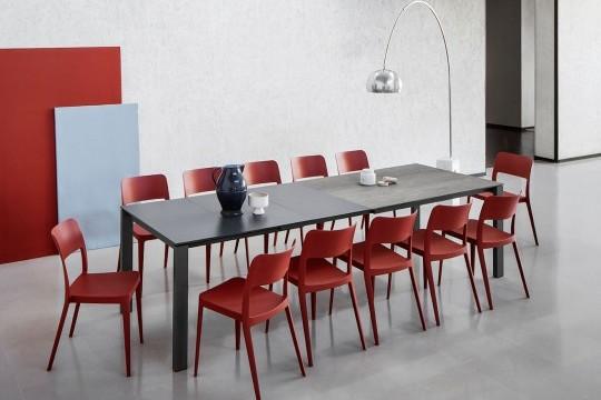 Il tavolo da pranzo Badù è in grado di ospitare da 6 a 12 posti a sedere