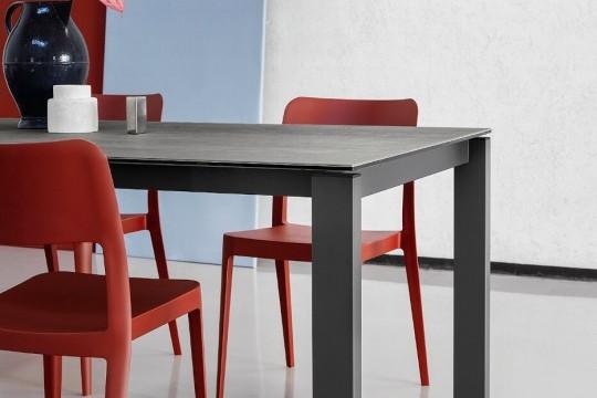 Tavolo badù con gambe in acciaio color grafite e piano in cristalceramica