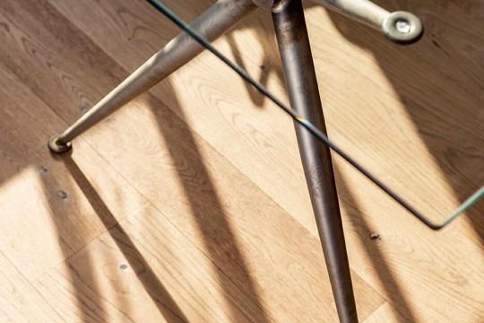 La structure de la table Brioso est disponible dans la nouvelle version en métal industriel