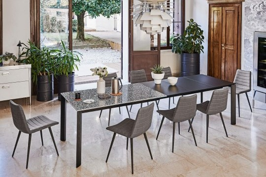 Extendable table Blade in the maximum extension can accommodate up to 12 seats