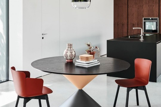 Calla table chair with armrests, wooden frame and red bulgaro polypropylene seat