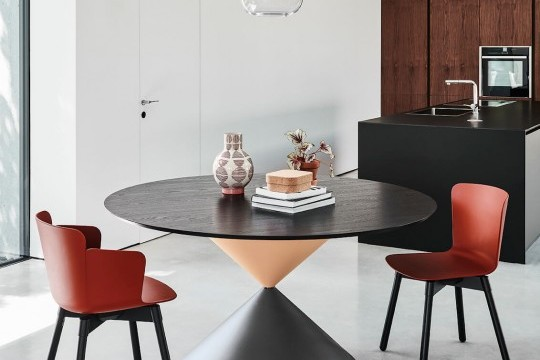 150 cm round table Clessidra with graphite and pink metal base, rose gold finish metal insert, black wooden top