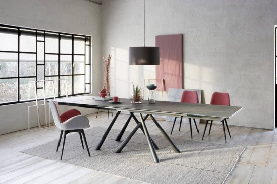 Dalia table chair with armrests with wooden base and cover in leather and pink fabric