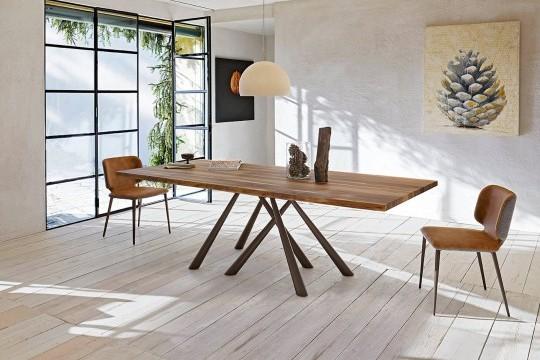 Tavolo Forest con base in metallo marrone e piano in legno massello di noce con bordo effetto corteccia