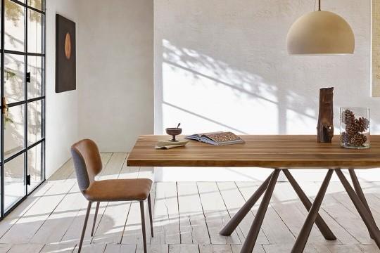 Dettaglio del tavolo Forest con piano in legno massello di noce