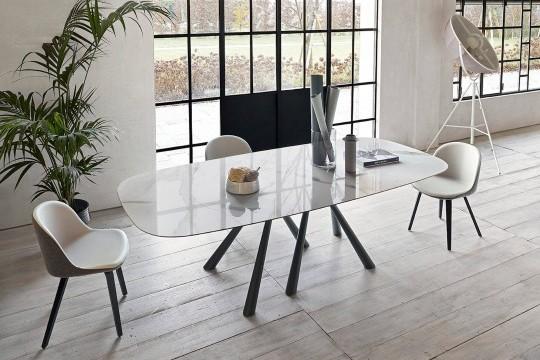 Tavolo Forest a botte con base in metallo nero e piano in cristalceramica effetto marmo calacatta