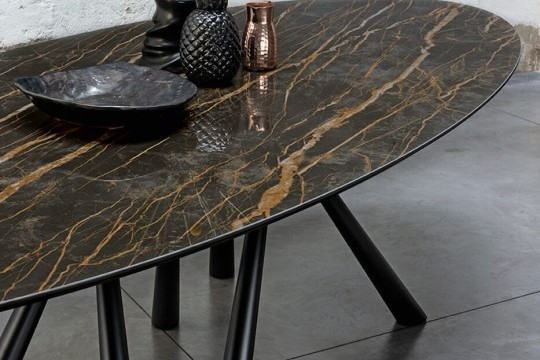 Dettaglio del piano ovale in cristalceramica effetto marmo noir desir