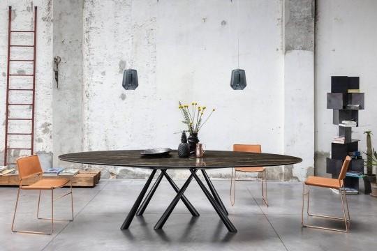 Tavolo ovale Forest con gambe in metallo nero e piano in cristalceramica effetto marmo noir desir