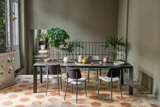 Table extensible avec base en métal graphite et plateau en cristalcéramique finition savoia anthracite avec rallonges en mdf graphite