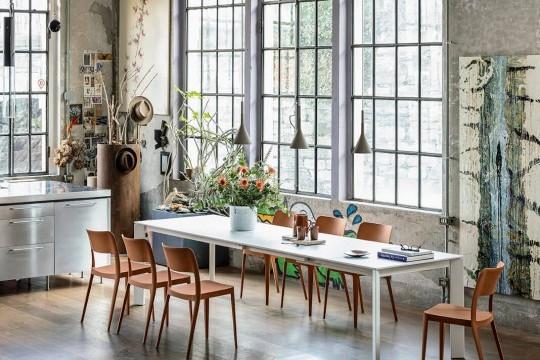 Table extensible Ghedi avec pieds en métal blanc, plateau en verre blanc anti-rayures et rallonges en MDF blanc