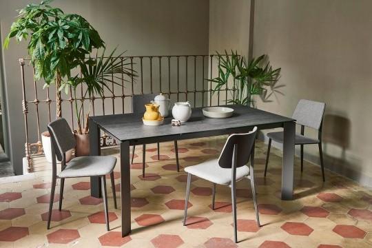 Table extensible avec base en métal graphite et plateau en cristalcéramique finition anthracite savoia