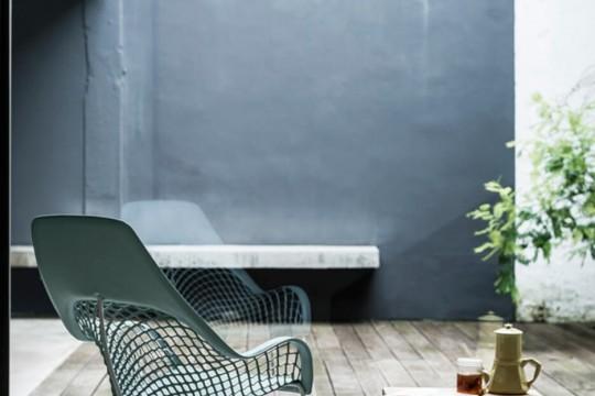 Guapa fauteuil à haut dossier en cuir vert et structure en métal