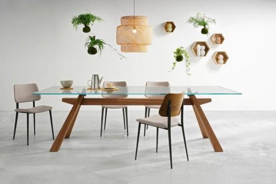 Sedia di design Joe con base in metallo e retroschienale in legno. Versione con seduta in tessuto beige