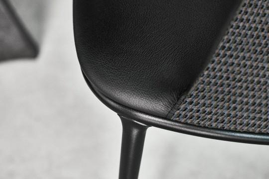 Dettaglio della sedia Lea in acciaio nero, pelle e tessuto
