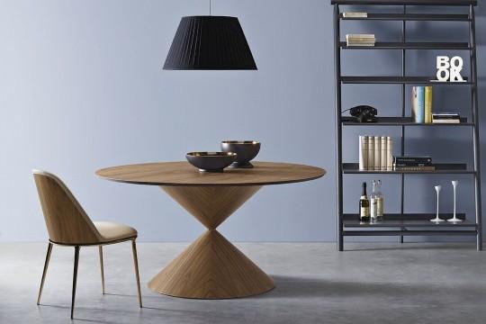 Sedia Lea con base in metallo lucido finitira bronzo dorato, sedile in pelle beige e retro schienale in legno