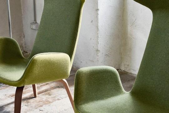 Poltrona Light con sedile in tessuto verde e base in legno. Optional con retro in tessuto verde chiaro