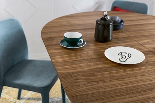 Dettaglio del piano in legno del tavolo Link con allunghe in tinta