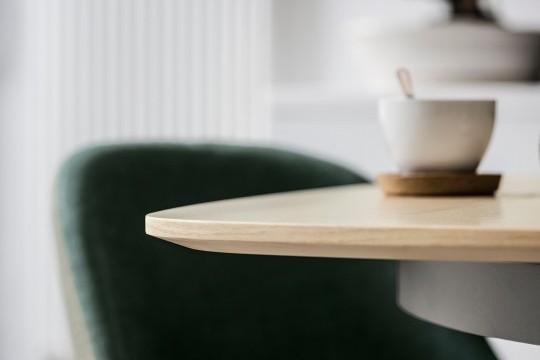 Dettaglio del piano in legno finitura rovere naturale del tavolo Link
