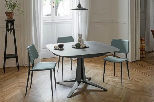 Tavolo allungabile Link con basamento centrale in metallo grafite e piano a botte in cristalceramica effetto pietra savoia cemento