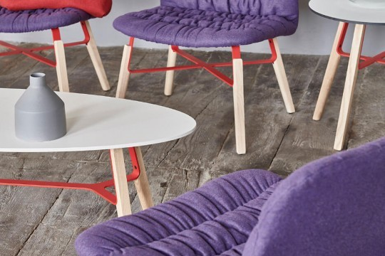 Liù waiting room armchair with seat in purple fabric and legs in wood and purple painted steel