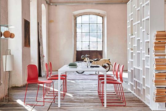 Sedia liù con base a slitta in colore rosso e sedile rosso