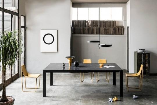 Tavolo allungabile Marcopolo con base a quattro gambe in metallo nero, piano e allunghe in cristalceramica effetto marmo greco nero