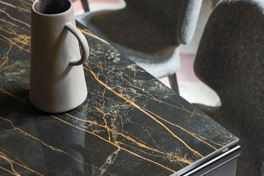 Dettaglio del piano in cristalceramica effetto marmo noir desir del tavolo allungabile Marcopolo